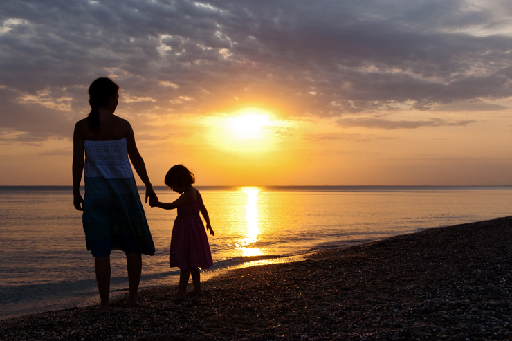 mother-and-daughter-sunset-beach-featured-w740x493