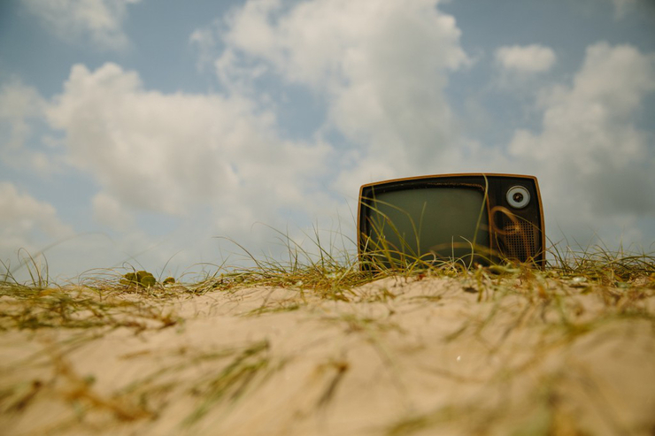 oldtv-in-the-sand-featured-w740x493